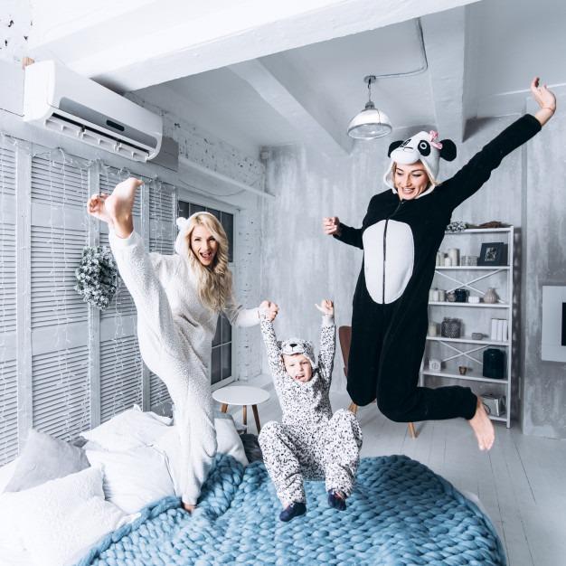 родители и дети прыгают